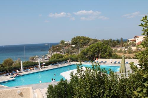 Бассейн в отеле Eden Beach Resort