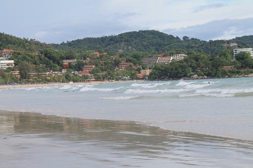 Волны на пляже Ката