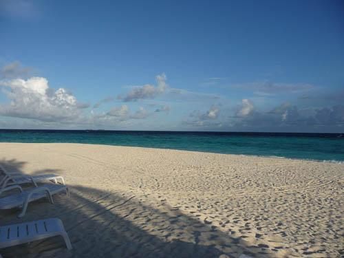 Утренний пляж на Мальдивских островах