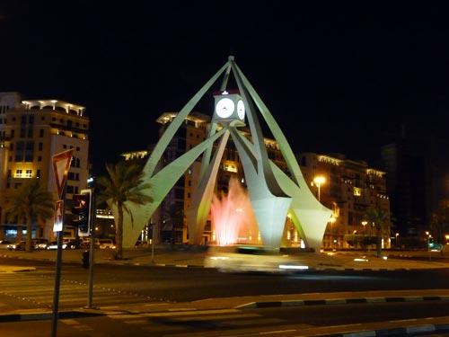 Часовая башня ночью в Дубае